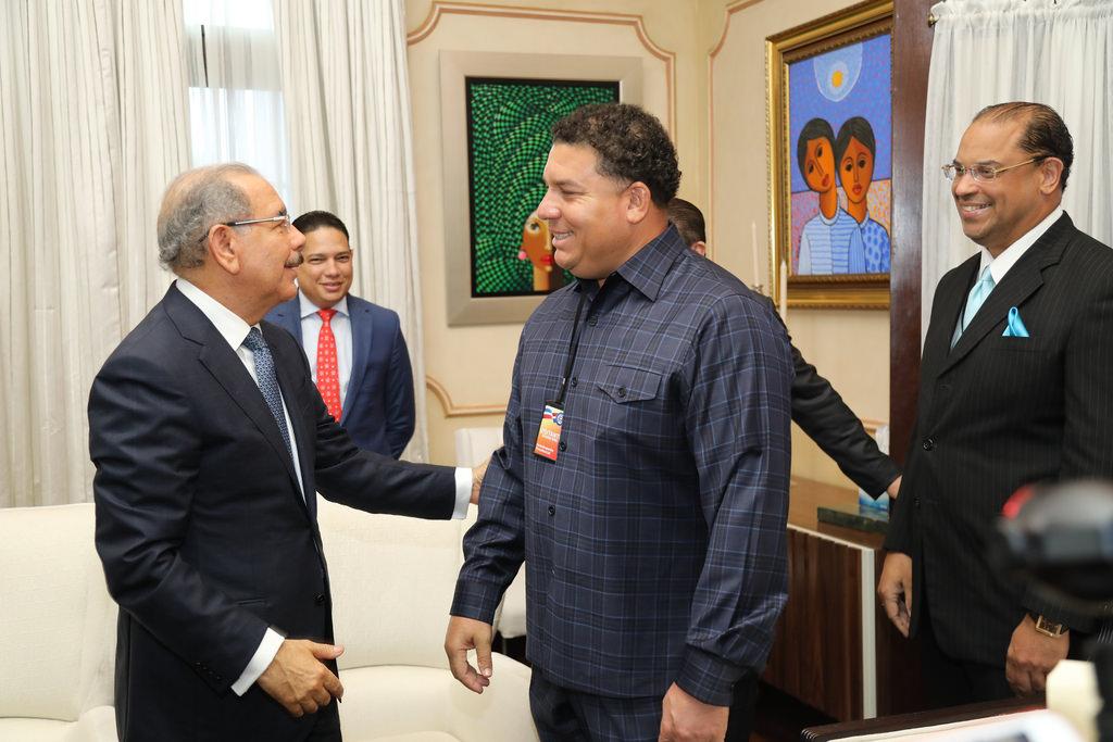 El presidente Danilo Medina recibe a destacado jugador de Grandes Ligas, Bartolo Colón