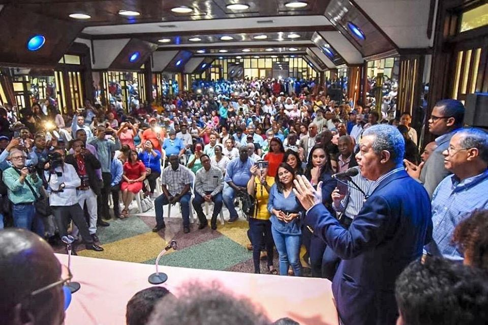 juramenta en San Cristóbal cientos de renunciantes del PLD
