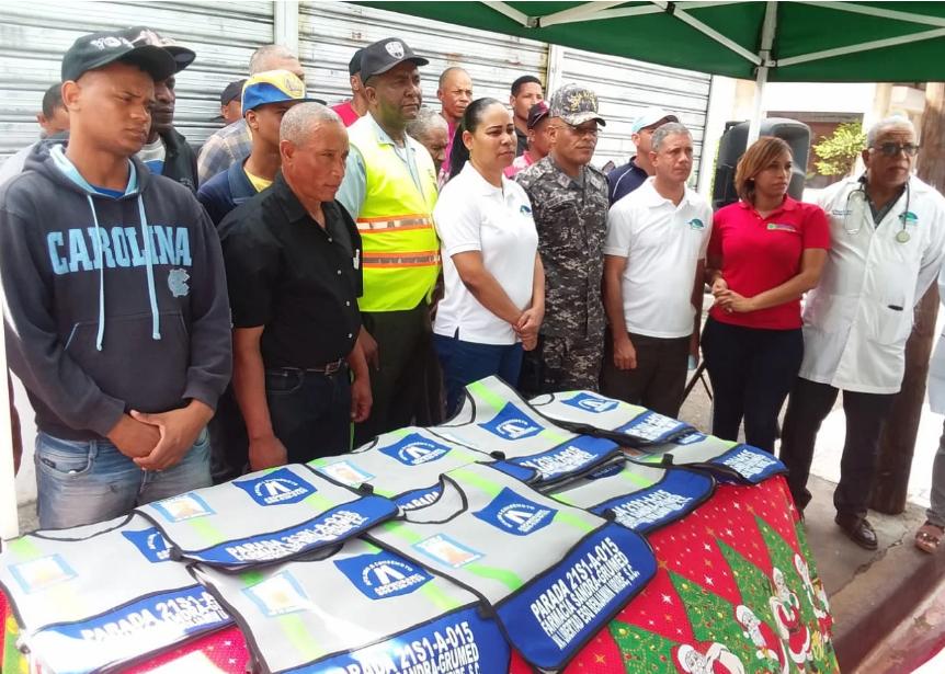 Grupo Médico San Cristóbal entrega chalecos a motoconchistas