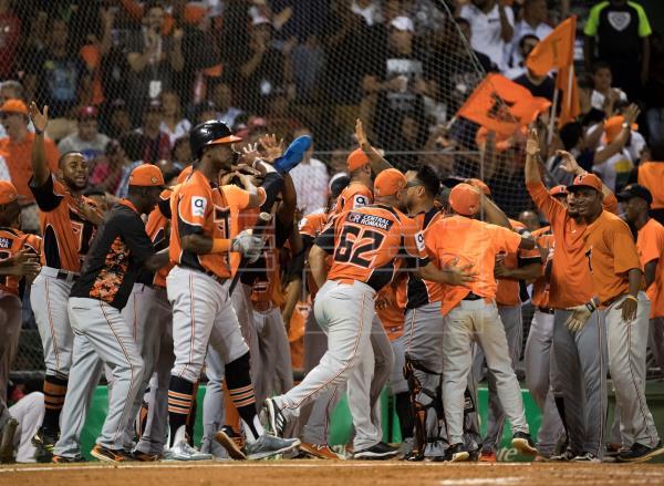 Toros avanzan a la final con pitcheo de cubano Martínez