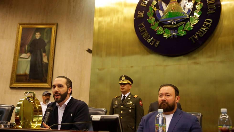 El presidente El Salvador ocupa parlamento acompañado de militares